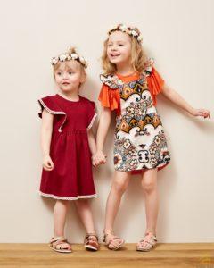 dwie dziewczynki w sukienkach
