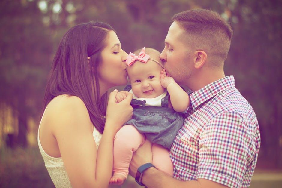 noszenie niemowlaka w nosidełku